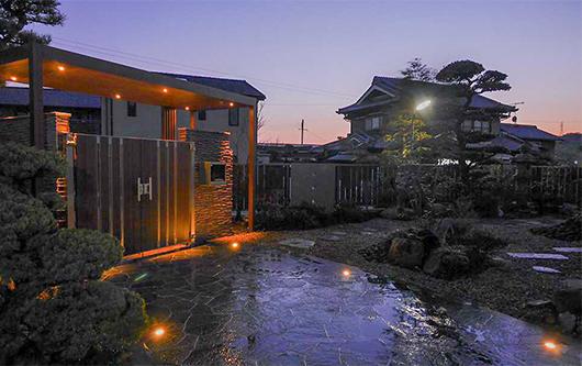 旅館の様な日本庭園の写真
