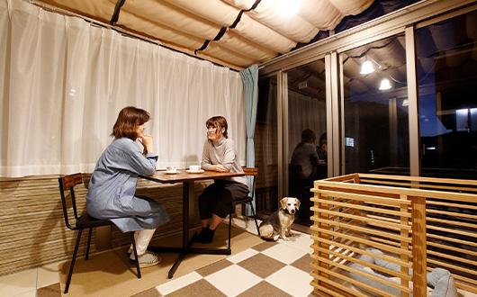 友人とランチを楽しめるカフェのような空間写真