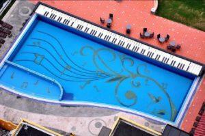 kolam-renang-piano-dengan-lukisan-not-musik