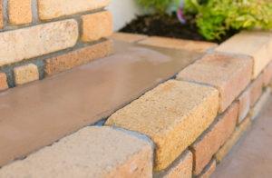 カラーコンクリートとレンガが素敵なステップ