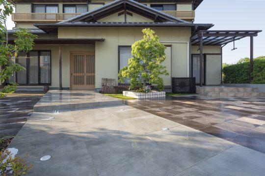 目地の少ない600角のタイルを使用することで高級感のある玄関アプローチに。