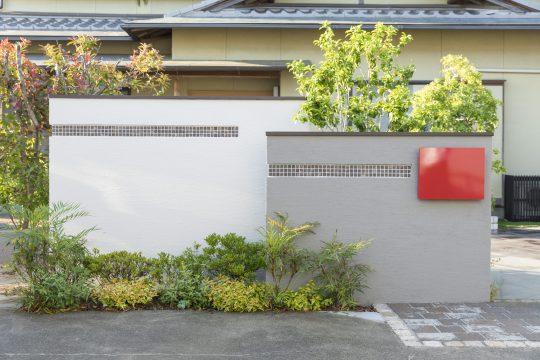 門柱の下はスペース。お客様が選ばれた赤色のポストが目を引きます。
