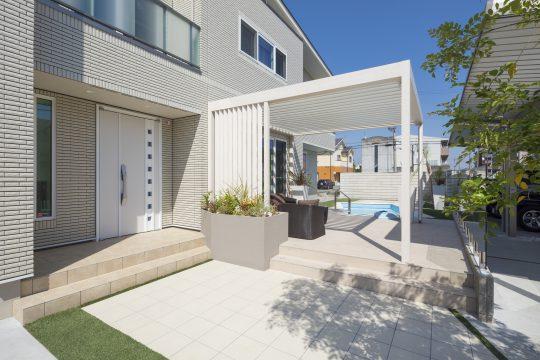 玄関横は植栽スペース。ホームリゾート空間への入り口を色鮮やかに彩ります。