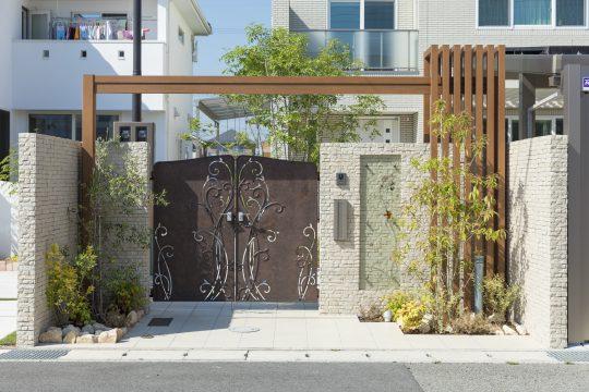 鋳物門扉ロヴァンティとM.グローリアで作るゲートが華やかで重厚感のあるファサードを作ります。