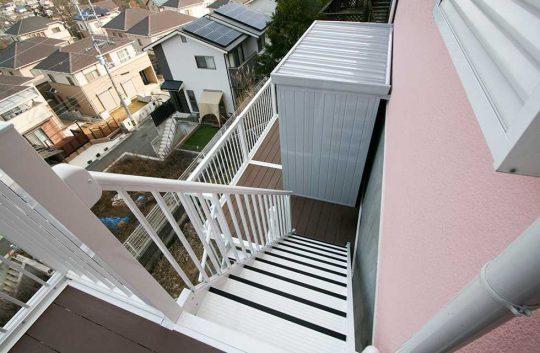 1つ目の階段を折りたフロアには物置を設置。敷地内に新たに収納スペースが増えました。