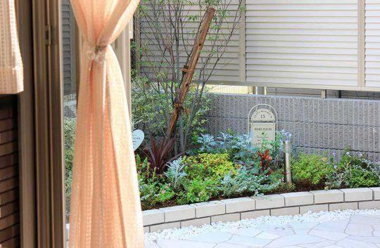 ガーデンルームから見える花壇で季節の移り変わりを感じることが出来ます。