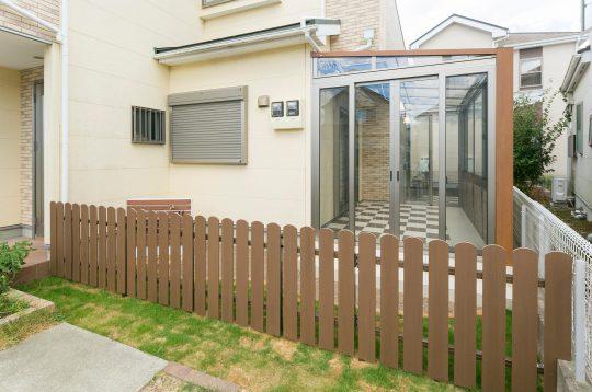 アルファウッドで作られたフェンスは一部が門扉代わりになっていて出入りが可能