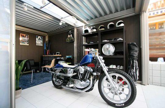 迫力のあるMシェードの奥にバイクガレージ「スタイルコート」を設置することでご主人の趣味の空間がひろがりました!こだわりの愛車とこだわりの趣味空間