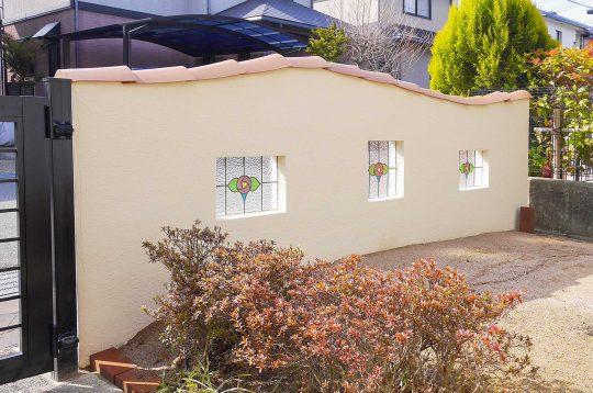 ステンドグラスに太陽の光が差し込むことで明るいお庭になり、またガラスの美しさが引き立つ空間が完成しました。 オススメの施工例はコチラから!