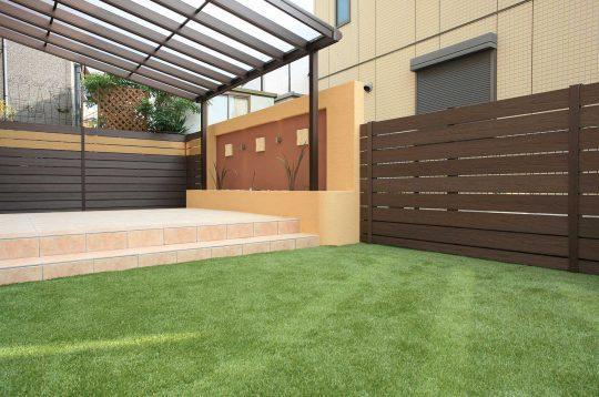人工芝と屋根のあるタイルデッキで使い勝手の良いおしゃれなアジアンリゾート風のお庭に