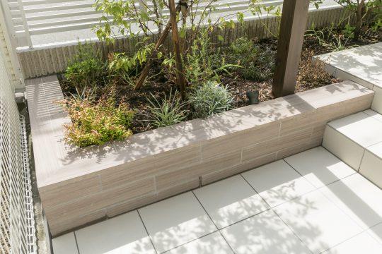 ベンチとしても使用される花壇