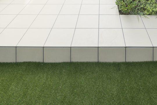 人工芝とタイルテラス