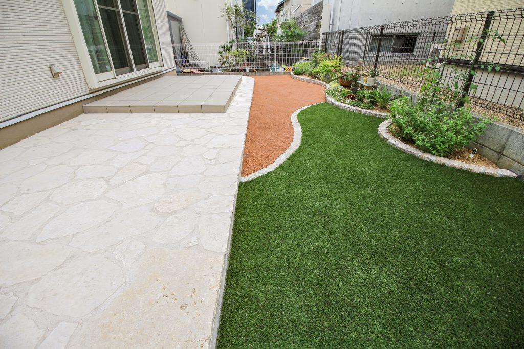 人工芝でお手入れが楽な庭